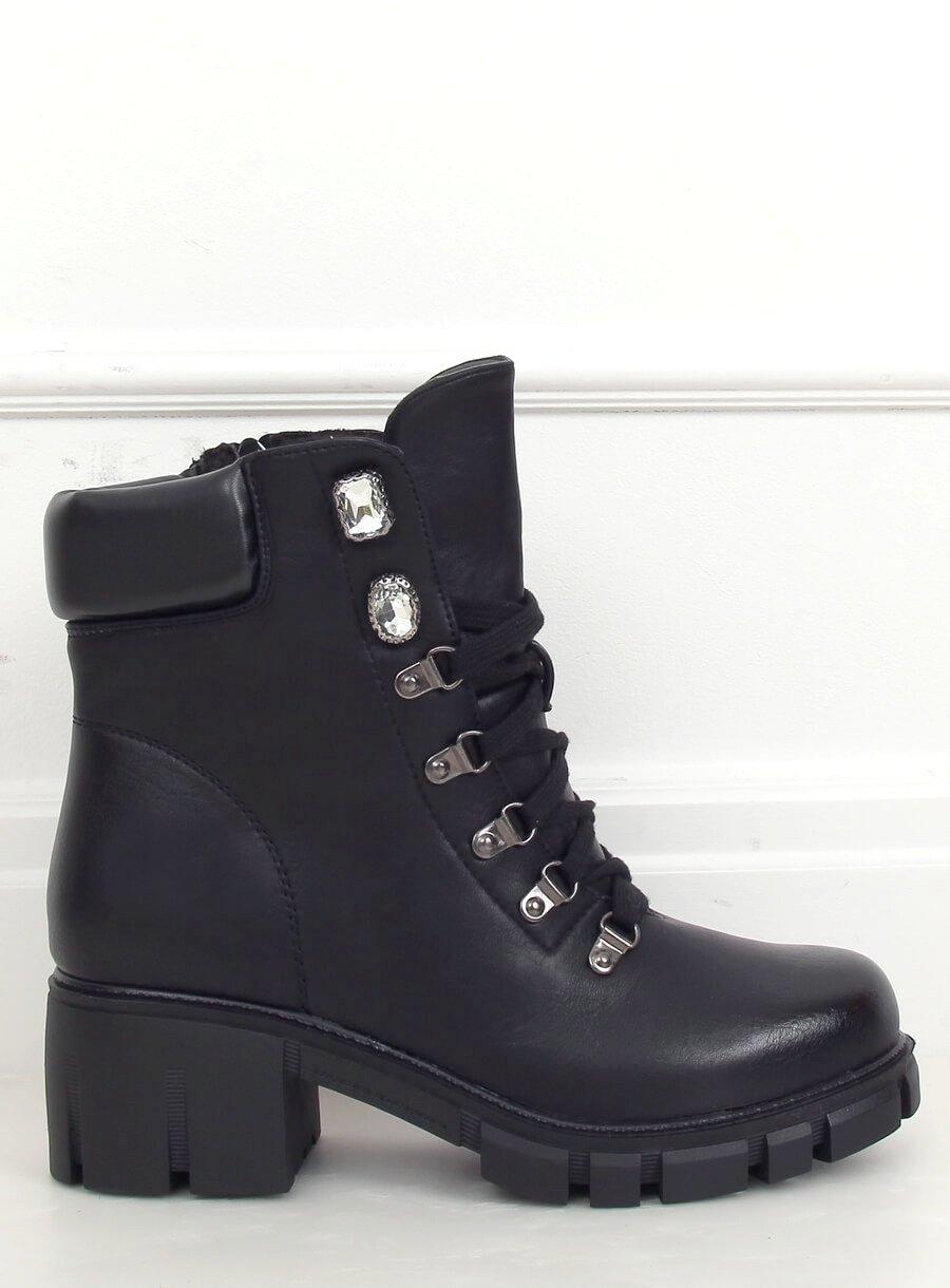 Šnurovacie topánky s kamienkami