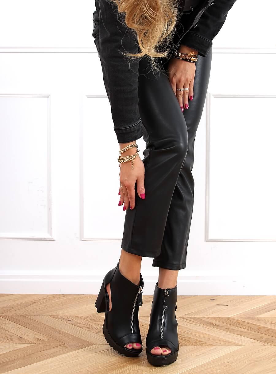 Čierne topánky na platforme s otvorenou špičkou