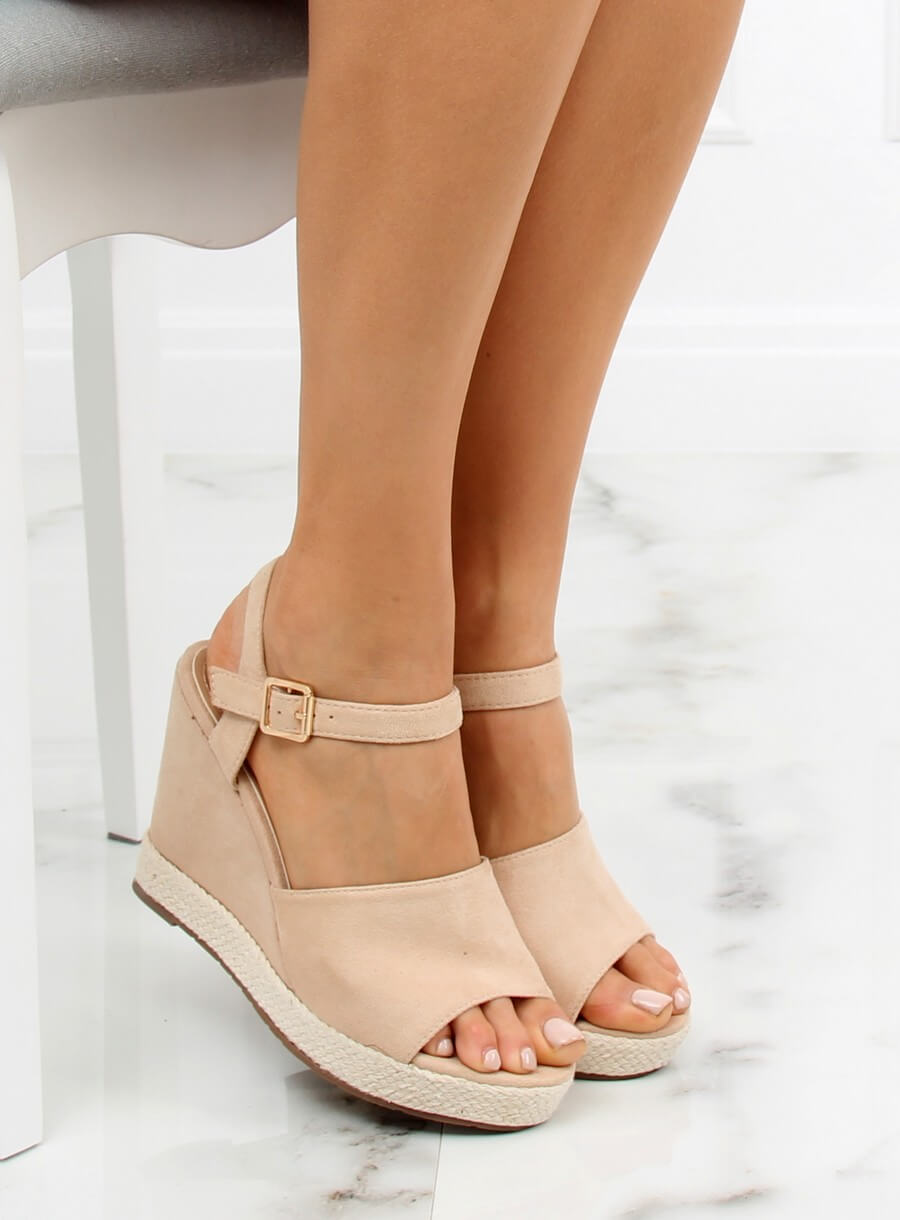Sandále klinové béžové