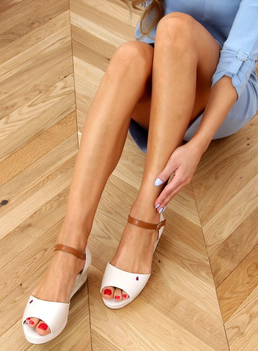 Sandále na nízkom klinovom podpätku béžové