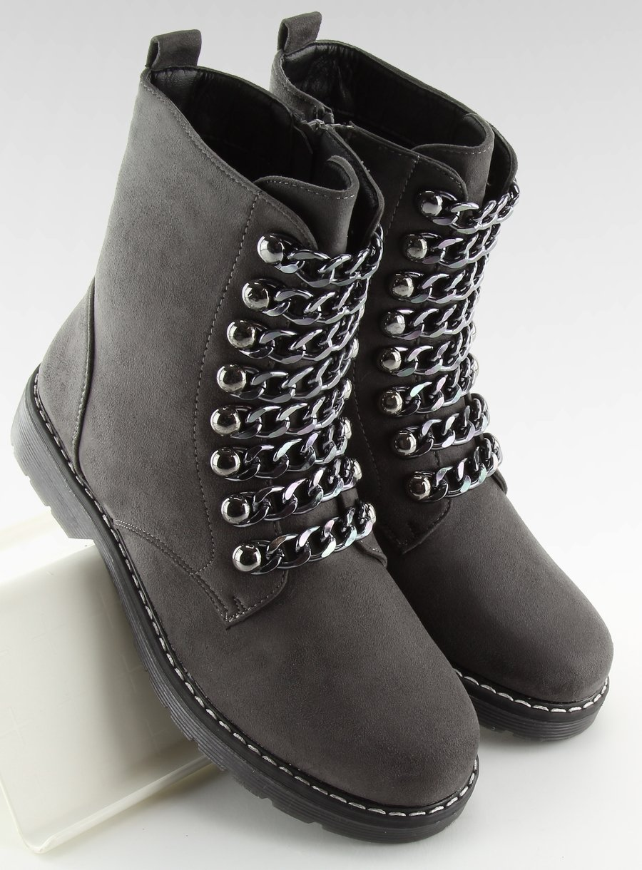 Šedé topánky s ozdobnými retiazkami
