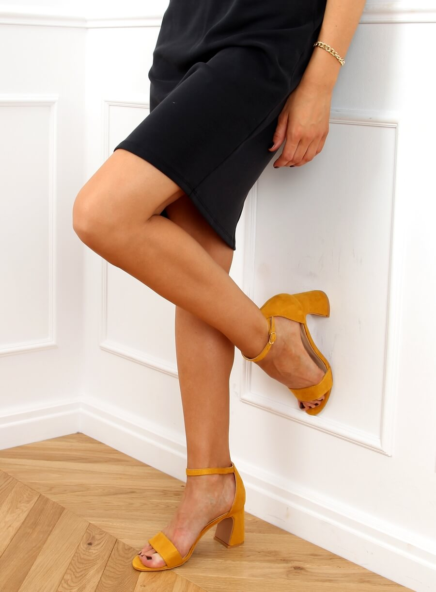 Žlté sandále na vysokých podpätkoch