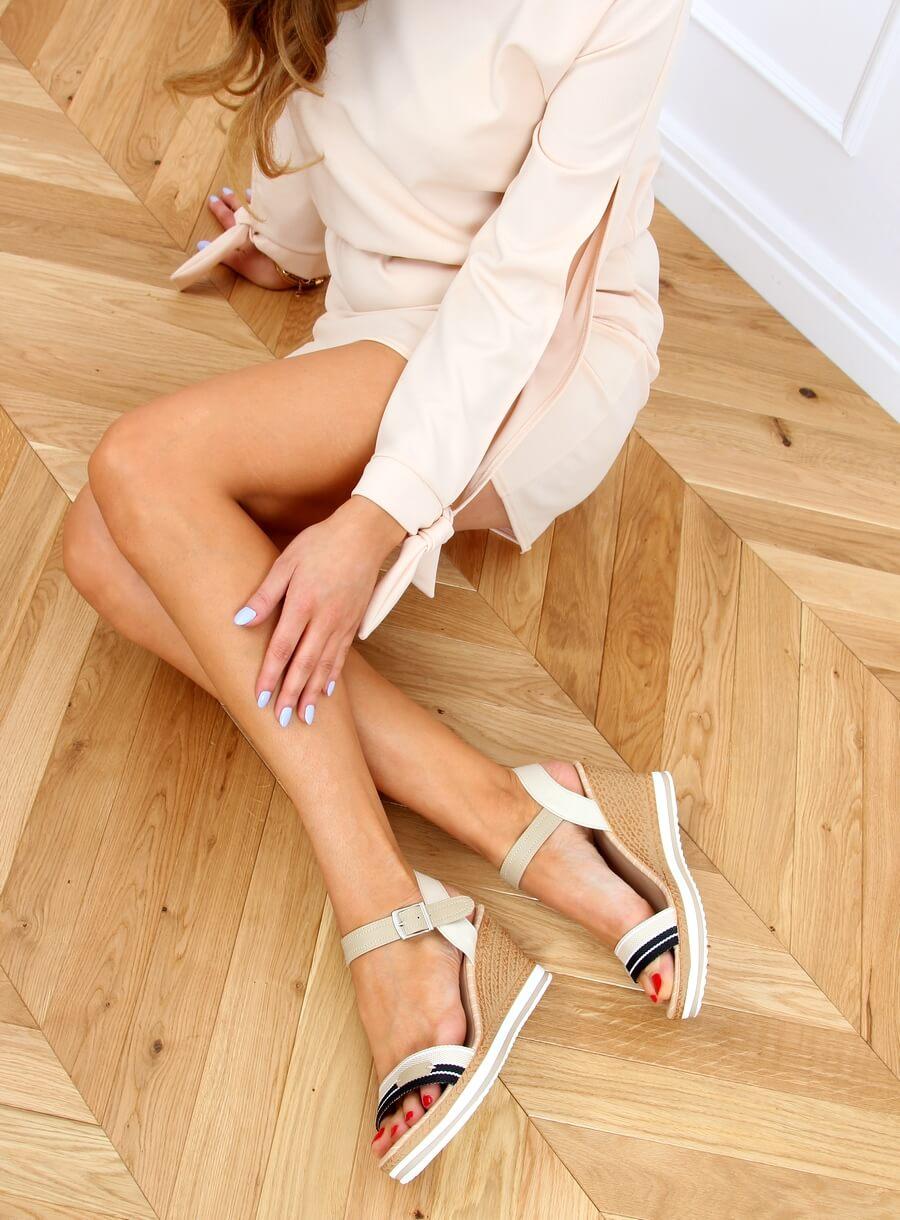 Sandále na klinovom podpätku béžové