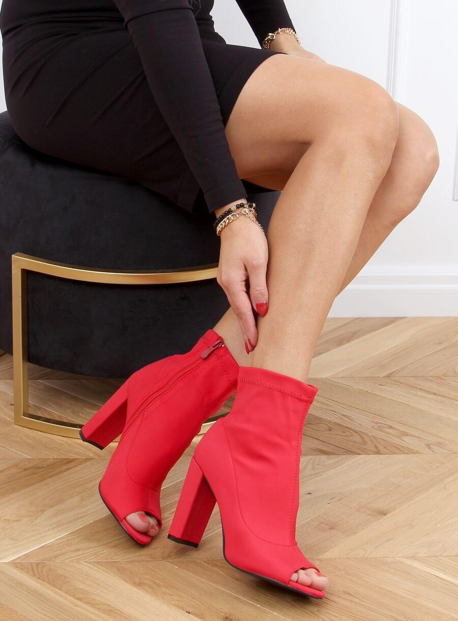 Červené elastické čižmičky s otvorenou špičkou